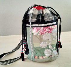 Veske med samisk inspirert dekor. Drawstring Backpack, Arts And Crafts, Backpacks, Bags, Fashion, Handbags, Moda, La Mode, Drawstring Backpack Tutorial