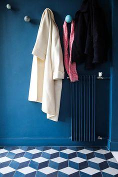 Marine Garnier et Bertrand, Jeanne 7 ans, Maud 6 ans - The Socialite Family Terrace Tiles, Deco Cafe, San Francisco Girls, Hallway Flooring, Dream Apartment, Floor Design, Blue Walls, House Colors, Wall Colors