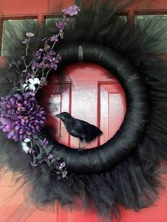 Creepily stunning DIY Halloween Wreath ideas - Hike n Dip DIY Halloween Wreaths are easy to make and can be made using simple dollar store items. Make your Halloween door decorations special with these easy wreaths Spooky Halloween, Porche Halloween, Halloween Noir, Cheap Halloween, Outdoor Halloween, Halloween 2019, Holidays Halloween, Happy Halloween, Halloween Costumes