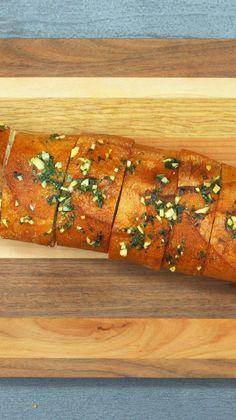 Gefülltes Knoblauchbrot: Kräuterbaguette ist perfekt zum Grillen, zu Salaten oder zum einfach mal so Wegknuspern.