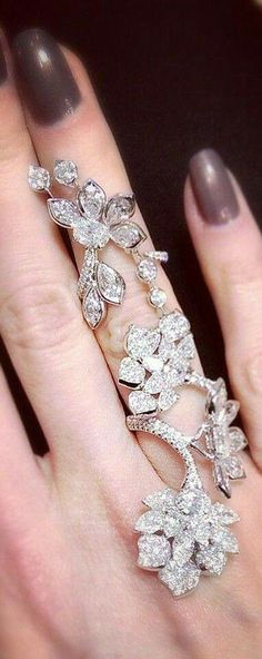I don't usually like these long type rings but this one is really pretty.