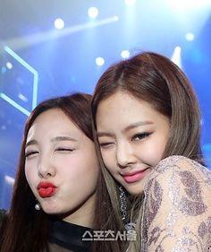 "7,950 Likes, 90 Comments - BLACKPINK JENNIE (@blackpink_jennie) on Instagram: ""170119 - Seoul Music Awards Jennie With Twice's Nayeon #BLACKPINK#블랙핑크#JENNIE#제니"""