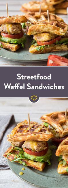 Diese Waffle Sandwiches mit knusprigem Hähnchen, Avocado, Tomate und Rucola gefüllt kommen als leckeres und herzhaftes Streetfood auf die Hand.