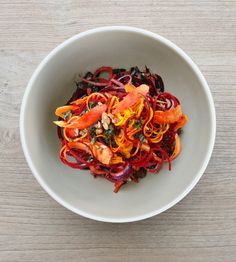 Mother Bees Meal Delivery in LA: Energetic Beets, Carrot, Kale Salad. This looks delish! Via Mama Glow Veggetti Recipes, Spiralizer Recipes, Salad Recipes, Diet Recipes, Vegan Recipes, Diet Meals, Spiral Slicer Recipes, Fresh Turmeric, Turmeric Recipes