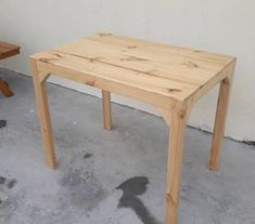Old Pallets Ideas Outside Furniture Made Out Of Pallets Pallet Side Table, Wood Pallet Tables, Pallet Wall Decor, Wooden Pallet Furniture, Wooden Pallets, Pallet Wood, Outside Furniture, Pallet House, Woodworking Projects That Sell