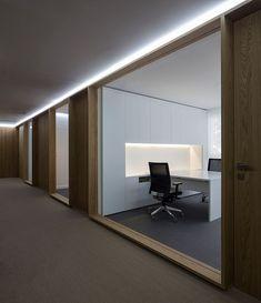 En la nueva sede de la consultora DSAE, el estudio Nonna Designprojects ha transformado una planta de estructura complicada en un espacio limpio, luminoso y cálido #officedesignsinterior