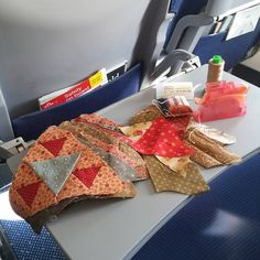 98 vind-ik-leuks, 12 reacties - @phylliswhite op Instagram: 'Empty seats all around me: space to do a little #sewing on my way to #festivalofquilts2016…'