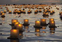 Lanterne galleggianti per la festa buddista della Memoria