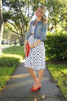 Denim + Polka Dots on Jen of Belle de Couture Cute Maternity Outfits, Maternity Wear, Maternity Dresses, Maternity Fashion, Maternity Style, Maternity Pictures, Pregnancy Wardrobe, Pregnancy Outfits, Maternity Wardrobe