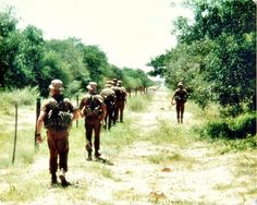 Walking patrol - South African Border War Military Life, Military History, Once Were Warriors, Army Pics, South Afrika, Army Day, Brothers In Arms, Defence Force, War Photography
