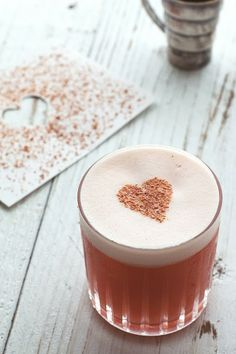 Make Valentine's Day extra romantic with these tasty and delicious boozy Valentine's Day cocktails. Here are over 30 easy and tasty recipes to choose from. Valentine's Day Drinks, Yummy Drinks, Yummy Food, Pink Drinks, Beverages, Cocktails Vodka, Cocktail Pink, Deco Cafe, Snack