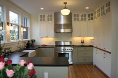The contrasting cabinet colors add a lot of personality - traditional - kitchen - san francisco - Custom Spaces Design Shaker Cabinets, Base Cabinets, Kitchen Cupboards, Cabinet Colors, Kitchen Paint, Traditional Kitchen, Kitchen Lighting, Contrast, New Homes