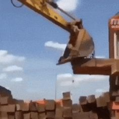 How an excavator, using a rope and the lever principle, can move materials it's not designed to Best Funny Pictures, Funny Photos, Beste Gif, Wtf Funny, Hilarious, Wtf Fun Facts, Adult Humor, Great Photos, Memes