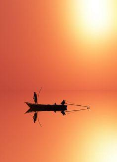 Zonsondergang op het water. 'Sunset' by Auskteez Tran on 500px