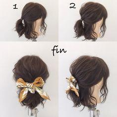 ボブの簡単スカーフアレンジ(^^) 1、耳の上のラインでポニーテールを作ります! 2、全然的に崩します!!! スカーフを巻きつけてちょうちょ結びして完成です(^^)