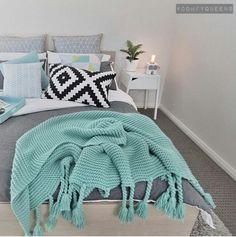 Adorei essa colcha jogada na cama. O cinza com esse verde claro também combinou muito bem..   Quarto de casal clean.