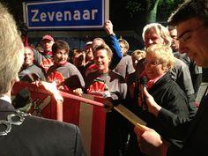 Het vredesvuur 2012 in Wageningen wordt door wethouder Anja van Norel in ontvangst genomen. Lopers van AV de Liemers gaan hiermee onderweg naar Zevenaar, in t-shirts van de Liemers, helemaal goed! dlhg