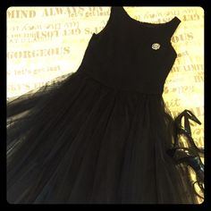 Edward An black princess dress, size 6- runs big. Perfect for prom? This is a lovely, retro dress for a special night out. Fitted wool sheath bodice, with a full skirt- two layers of tulle over satin. Skirt falls just below the knee. I've worn this with both a bow at the waist as well as a belt. Size 6, it does run a bit on the larger size as I am normally a size 8 / 36C bust. Back zip. Only worn twice, this dress is in excellent condition as I've been saving it for a special occasion…