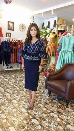 ด Blouse Batik, Batik Dress, Thai Traditional Dress, Traditional Outfits, African Wear, African Fashion, Corsage, Thailand Fashion, Formal Dresses Online