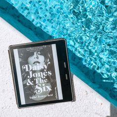»DAISY JONES & THE SIX« steckt voller Emotionen, Liebe, Herzschmerz, Drogen und Rock'N Roll. Authentisch und fesselnd erzählt Taylor Jenkins Reid eine wilde Geschichte über Träume und Sehnsüchte, aber auch von Ängsten, Bedürfnissen und Hoffnung. Ich habe dieses Buch mitsamt seinen liebenswerten Charakteren verschlungen und habe definitiv ein Jahreshighlight gefunden. -- Coverrechte: ©UllsteinVerlag #Booklovin #DaisyJones Rock And Roll, Wilde, Angst, Bookstagram, Cover, Daisy, Backgrounds, Heart Aches, Longing For You