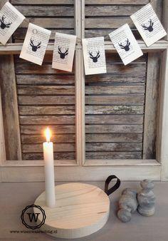 subtiele kerstdecoratie aan oud raam - rendierslinger