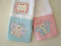 É um kit composto por duas fraldinhas, são confeccionada em fralda de ótima qualidade, barrado em tricoline (100% algodão) e aplicações.  São ótimas para limpar a boquinha do seu bebê.