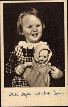 Ansichtskarte / Postkarte Mädchen, Klein Magda lachend mit einer Puppe, Spielzeug, 1944