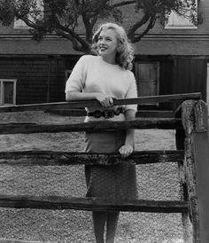 Joseph Jasgur - Marylin Monroe - 1947 - visiting different sets at the Fox Studios, Hollywood Marylin Monroe, Marilyn Monroe Fotos, Marilyn Monroe Childhood, Joe Dimaggio, Brigitte Bardot, 20th Century Fox, Photos Rares, Pin Up, Celebrity Gallery