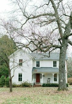 32 Stunning Colonial Farmhouse Exterior Design Ideas - Home Decor Country Kitchen Farmhouse, White Farmhouse, Farmhouse Plans, Vintage Farmhouse, Modern Farmhouse, Farmhouse Style, Farmhouse Front, Farmhouse Addition, Modern Colonial