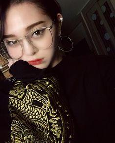 Cute Korean Girl, Cute Asian Girls, Kpop Girl Groups, Kpop Girls, Queen, Singer, Stuff To Buy, Crocs, Alexa Alexa