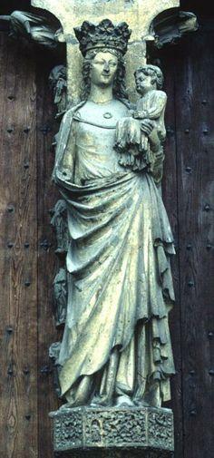 Parteluz de la portada principal de la Catedral de Reims (1255-1257). Virgen con el Niño. La portada central esta dedicada a la coronación de la Virgen. -Escultura gótica francesa del S.XIII.