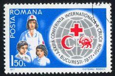 Rumanía - CIRCA 1977: sello impreso por Rumania, muestra enfermera de la Cruz Roja, los niños, emblemas, alrededor de 1977 Foto de archivo - 10634605