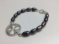 Bracelet #498 ($15) Bracelet fait de perles grises montés sur un fil d'acier inoxydable.  -Perles grisess de 8-10 mm x 5 mm -Pièce de métal anti-ternissement  Grandeur 7½ pouces (19 cm). Fait main