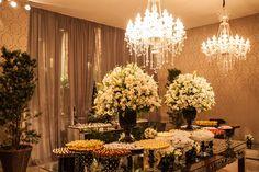 Mesa de doces espelhada com arranjos altos de flores brancas e lustres suspensos - Casamento Nicole Fanucchi e Felipe Monteiro