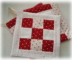Creare per Hobby: PRESINE PATCHWORK con Tutorial Quilting Projects, Sewing Projects, Quilt Patterns, Sewing Patterns, Quilted Potholders, Fabric Yarn, Fabric Dolls, Quilting For Beginners, Mug Rugs