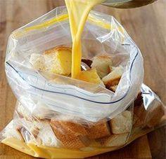 Oud stokbrood met eieren, spek en kaas in een zak. Het resultaat? Magisch lekker!