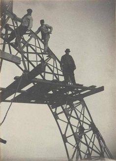 Ouvriers sur l'échafaudage d'une poutre en arc du « Campanile » – 1888 – ©ADAGP