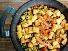 Ñoquis soufflé de calabaza con salteado de tomates, arvejas y panceta ahumada