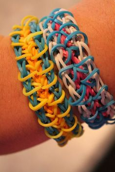 Rainbow Loom How-to: Zippy Chain: this is a intermediate level bracelet, it can be done quite easily. Supplies: 3 colours of loom bands, rainbow loom and a hook. Rainbow Loom Charms, Rainbow Loom Bracelets, Rainbow Loom Tutorials, A Hook, Loom Bands, Crafty Kids, Cool Kids, Kids Fun, Crochet
