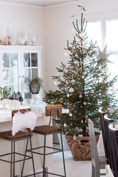 30 Soothing Christmas Tree Ideas That Make Your Can't Be Patient Traditional Christmas Tree, Modern Christmas, Rustic Christmas, Christmas Home, White Christmas, Merry Christmas, Christmas Ideas, Xmas, Advent