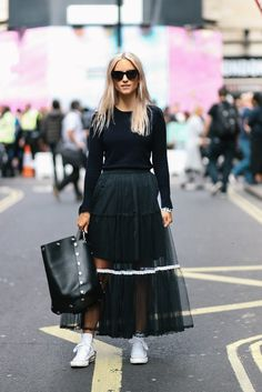 Mulberry London Fashion Week The fashion guitar Charlotte Groeneveld Street style fashion White Fashion, Love Fashion, Fashion Looks, Womens Fashion, Style Fashion, Street Chic, Street Style, Soul Clothing, Dress And Sneakers Outfit