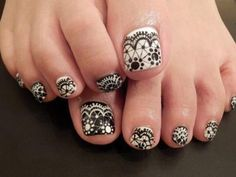 Black and white lace inspired toenail art. Coat your toenails in black matte color as base and add cute looking white frilly laces on top. You can also alternate the black and white polish to give more effect on the design. Gold Toe Nails, Purple Toe Nails, Cute Toe Nails, Summer Toe Nails, Silver Nails, Nail Designs Toenails, Toenail Art Designs, Pedicure Designs, Nail Art Pen