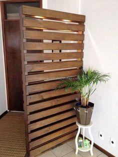 wood pallet room deivider and decor Wood Pallet Furniture, Wood Pallets, Furniture Ideas, Garden Furniture, Pallets Garden, Home Decor Items, Diy Home Decor, Room Decor, Bedroom Divider