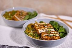 A távol-keleti konyha szerelmesei imádni fogják ezt a kaját - a panko tofu annyira vega, hogy meg is lepődtünk, hogy Jani csinálta, de nagyot alkotott! Tofu, Kaja, Curry, Food And Drink, Chicken, Meat, Ethnic Recipes, Kitchen, Foods