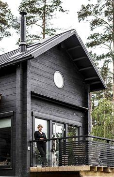 15 Contemporary Traditional Exterior Design Ideas - Home Design - Info Virals - New Fashion and Home Design around the World Black House Exterior, Cottage Exterior, Cottage Design, Tiny House Design, Cabins And Cottages, Log Cabins, Beach Cottages, Traditional Exterior, House In The Woods
