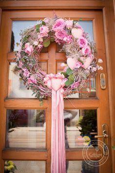 Kolekce | Letní kolekce | Květiny Petr Matuška Brno - dekorace, floristika, řezané květiny, svatební kytice Wreaths And Garlands, Deco Mesh Wreaths, Door Wreaths, Wreath Crafts, Diy Wreath, Grapevine Wreath, Spring Wreaths For Front Door Diy, Summer Wreath, Valentine Day Wreaths