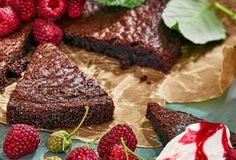 Brynt smör ger en underbart god nötig smak. Flingsaltet gör kladdkakan magisk. Viria, No Bake Desserts, Pudding, Sweets, Meat, Land, Gummi Candy, Custard Pudding, Candy