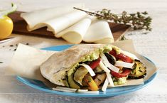 Un must pour tous les fans d'avocats ! Zucchini, Pain Pita, Sandwiches, Tacos, Healthy Recipes, Healthy Food, Mexican, Ethnic Recipes, Dinner