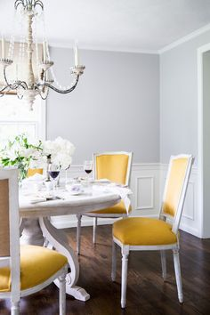 Light gray dining room with a lovely pop of yellow in the furniture. Get the look with Dunn-Edwards Silver Lake DE6379 for your walls and Dunn-Edwards White DEW380 for your trim.