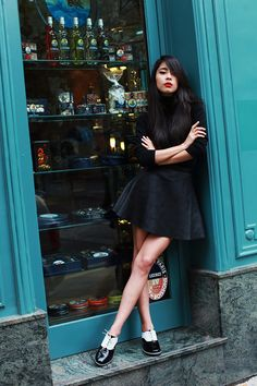 All black outfit with color-block (black and white) oxford flats // Paris street style